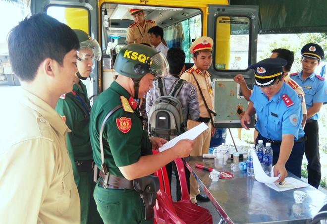 'Né' CSGT, tài xế xe tải quân đội cố thủ trong cabin 2 giờ