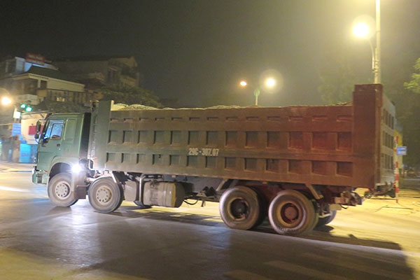 xe tải né trạm cân điện tử chạy qua đêm