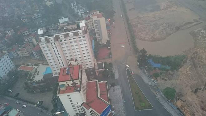 Quảng Ninh chìm trong biển nước, CSGT dầm mưa đẩy xe